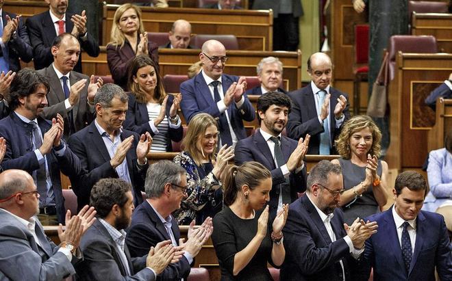 Albert Rivera, aplaudido por los diputados de Ciudadanos.