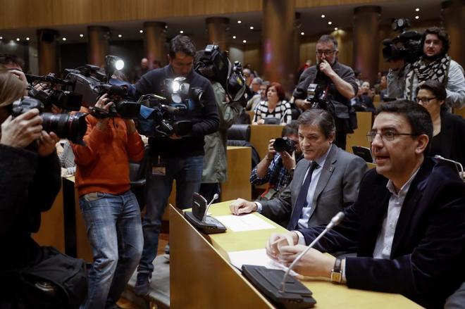 El presidente y el portavoz de la gestora del PSOE, Javier Fernández y Mario Jiménez, en un reciente acto en el Congreso de los Diputados.