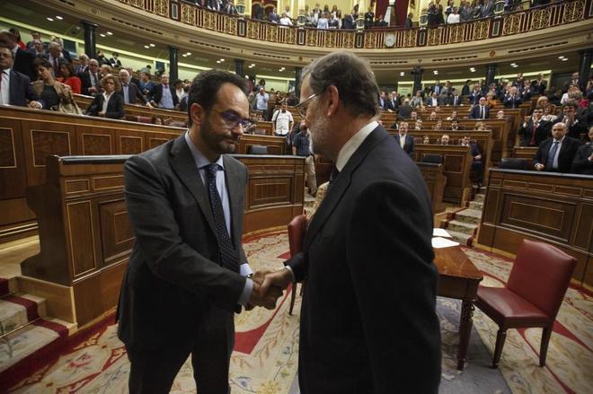 Antonio Hernando, portavoz del PSOE, saluda a Mariano Rajoy tras su...