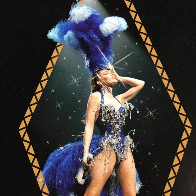 La cantante Kylie Minogue con uno de los diseños de Mister Pearl...