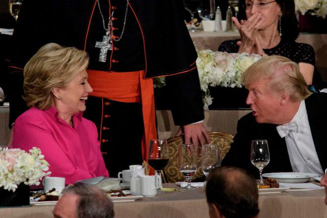 Hillary Clinton y Donald Trump durante la cena del memorial Alfred E. Smith