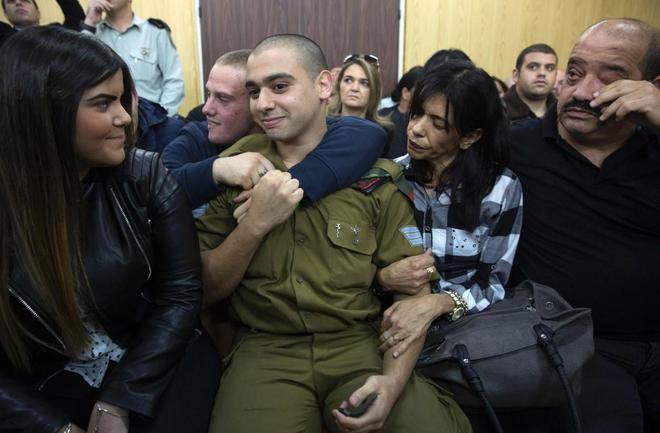 El soldado israelí, Elor Azaria, con sus padres y su novia esperando el veredicto.