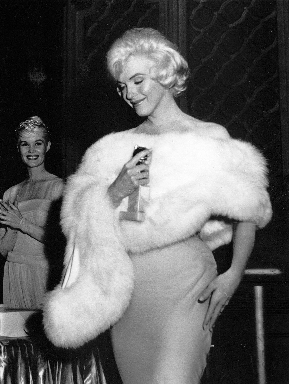 Marilyn Monroe recogió la estatuilla con un ceñido vestido. Como...