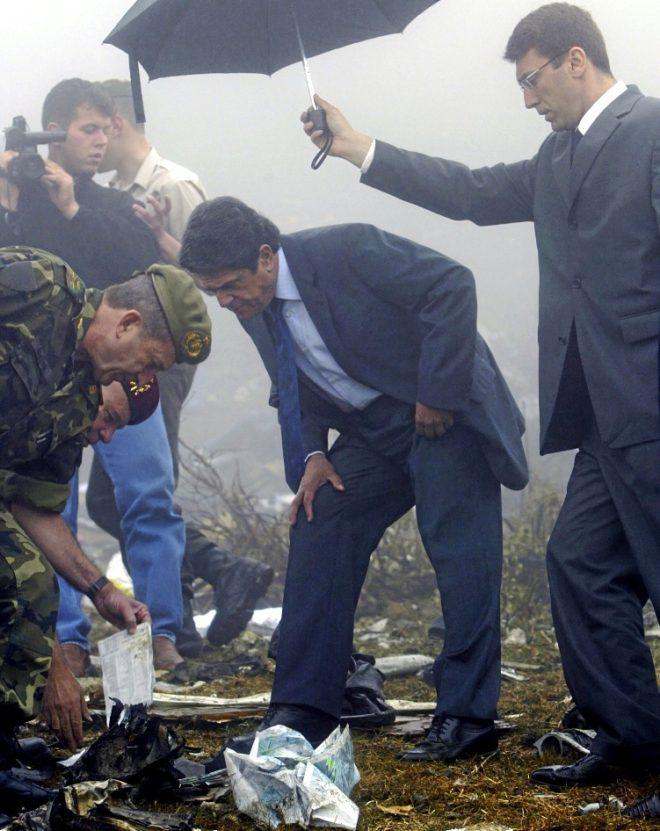El ex ministro de Defensa Federico Trillo, en el lugar del siniestro en 2003.