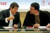 El presidente de la Gestora, Javier Fernández, y su portavoz, Mario...