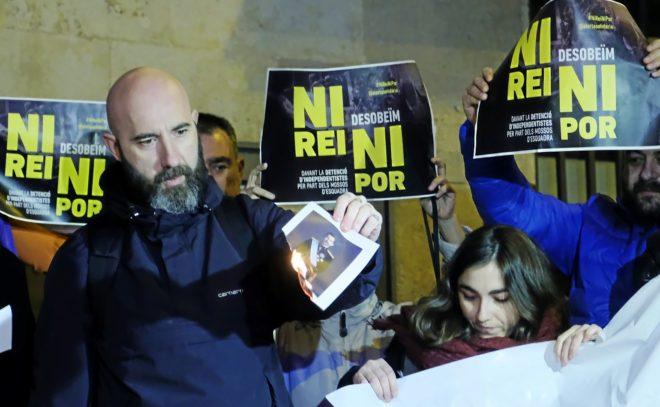 Concentración de la CUP y quema de fotos del Rey en Barcelona.