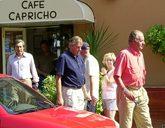 Juan Carlos I sale de un restaurante, en Palma de Mallorca, seguido...
