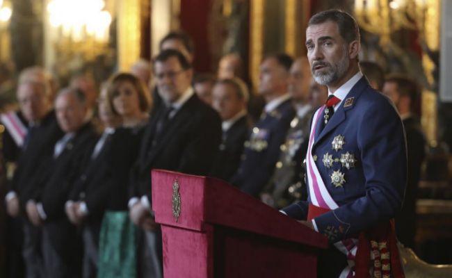 El Rey Felipe VI, en presencia de la Reina Letizia, Mariano Rajoy y...