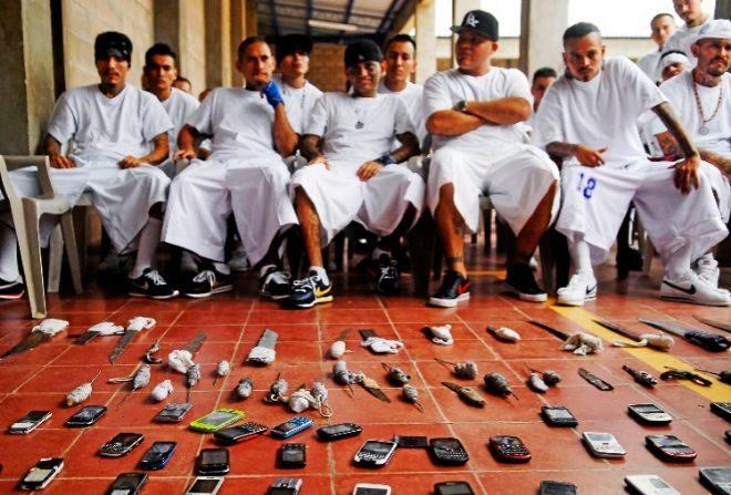 Cuchillos y móviles ilegales de reos de la mara 18, en Izalco.