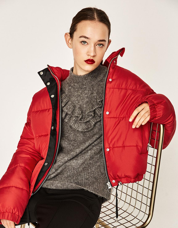 Balenciaga marcó tendencia con el plumífero rojo. Esta propuesta de...