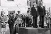 El ex presidente portugués Mário Soares junto al rey español Juan...
