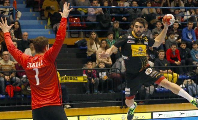 Balaguer, ante Schulz, durante el partido en Artaleku.