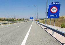 Detalle de un tramo de una de las autopistas radiales de peaje de...