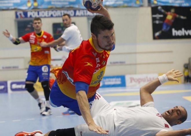Alex Dujshebaev fuerza la acción en seis metros durante el partido ante Qatar.