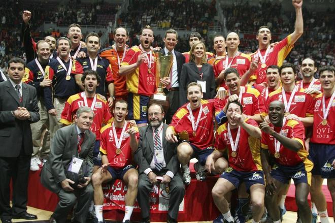 Los jugadores, entrenadores y directivos que lograron el oro mundial en Túnez 2005.