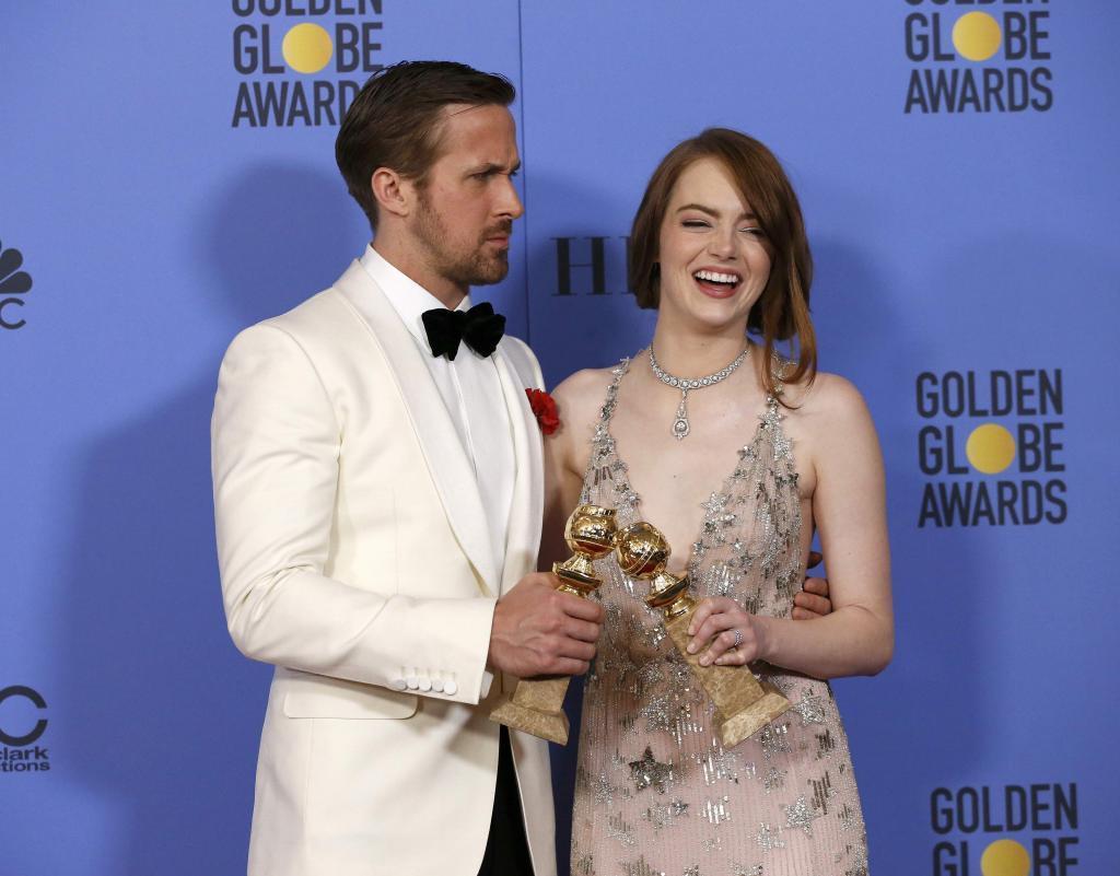 Ryan Gosling y Emma Stone con sus premios a Mejor actor y Mejor actriz...