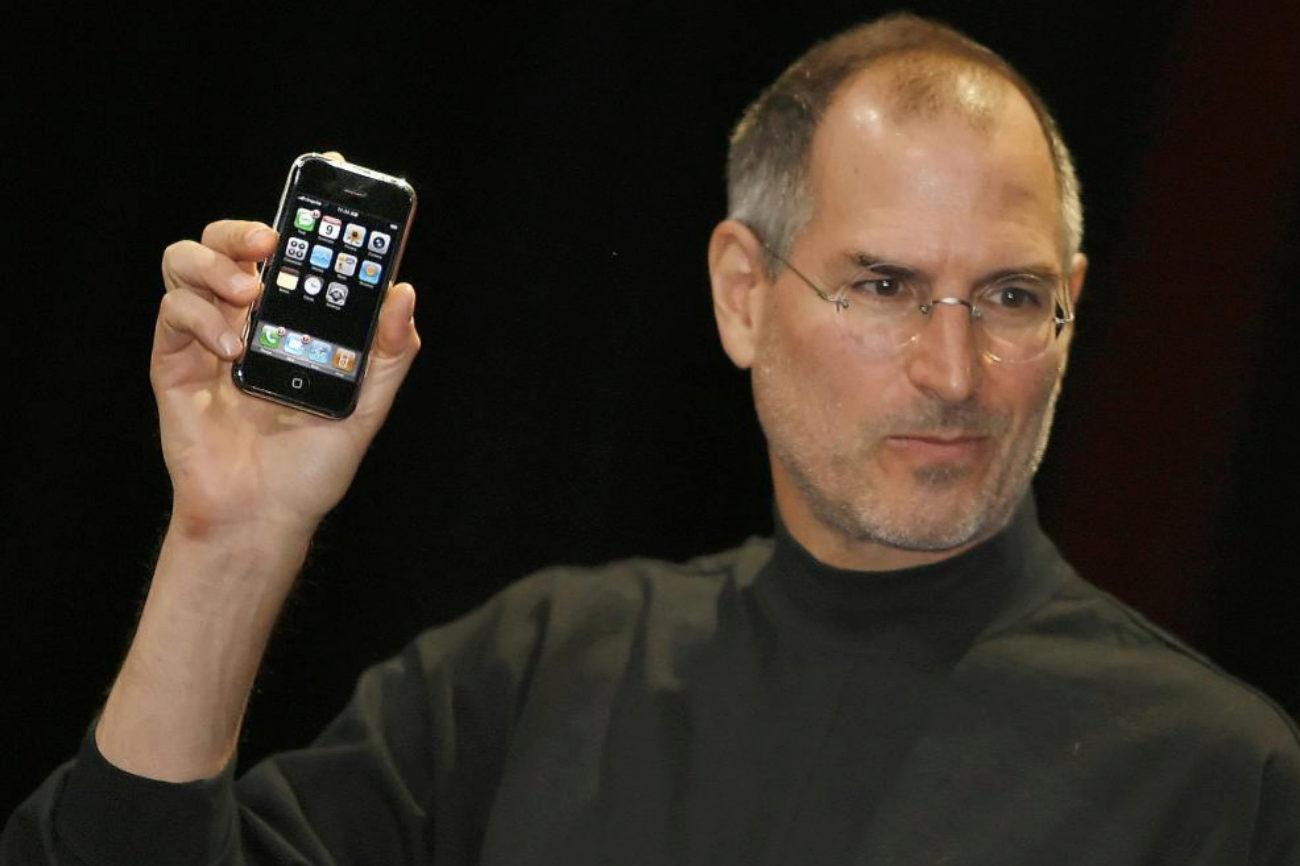 Steve Jobs presenta el iPhone. Seis meses después, se empieza a...