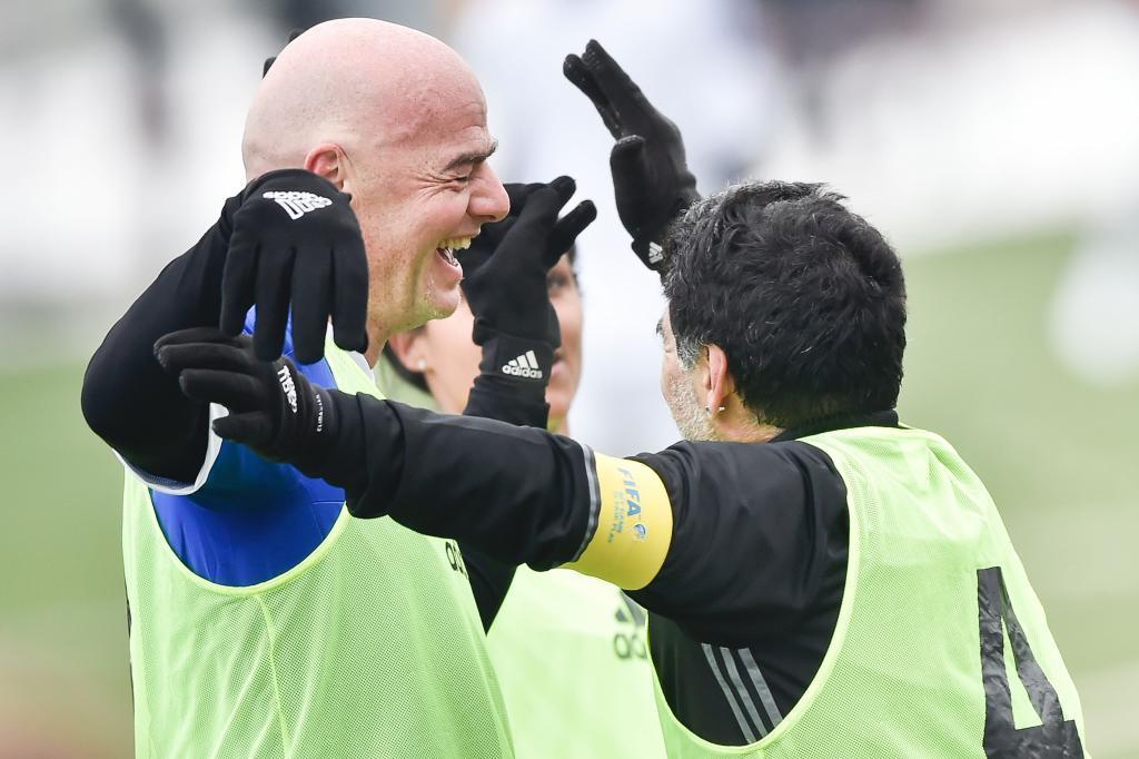 Diego Maradona acudió al partido de veteranos organizado por la FIFA...