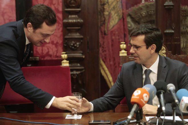El alcalde Francisco Cuenca, a la derecha, en una comparecencia en Granada.