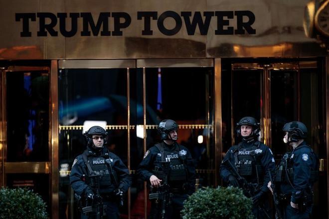 La policía custodia la puerta de la Torre Trump, donde el presidente electo ofrecerá una rueda de prensa esta tarde.