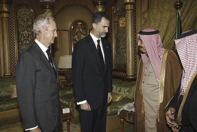El rey Felipe VI acompañado del ex ministro de Defensa Pedro Morenés...