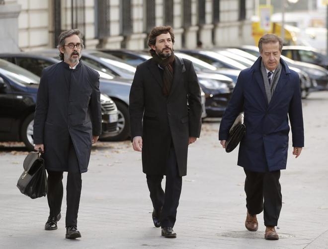 Oleguer Pujol (en el centro), junto a sus abogados, a su llegada a la Audiencia Nacional.