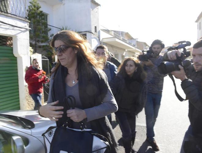 La madre de Nadia, saliendo de su casa en Mallorca es jueves.
