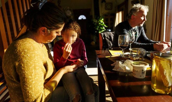 Los padres de Nadia con la pequeña, en una foto de archivo