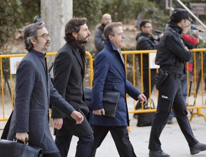 Oleguer Pujol, rodeado por sus abogados a su llegada a la Audiencia Nacional.