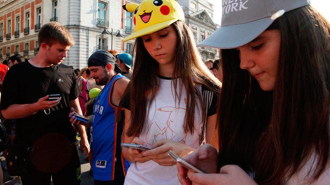 Un grupo de jóvenes, en una 'pokéquedada' en la Puerta del Sol de Madrid