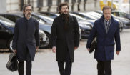 Oleguer Pujol (en el centro), junto a sus abogados, a su llegada a la...