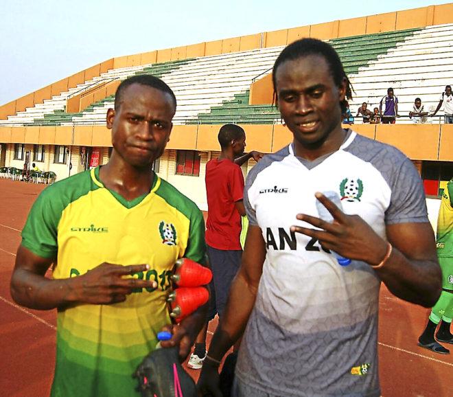 Pape Masse (dcha), junto a Mandy, ex lateral del Liverpool, que le recomendó fichar por Guinea.