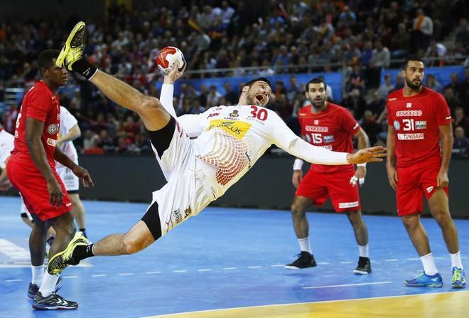 Guardiola marca uno de los goles ante Túnez.