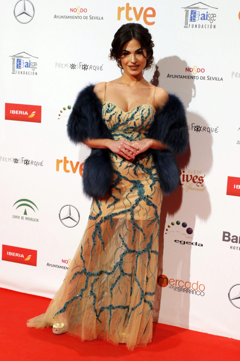 La modelo llevaba un  vestido de Sergi Regal, estola de piel de Piedad...