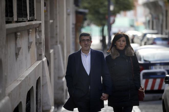 Patxi López, junto a su mujer, acude a la Fundación Diario Madrid, donde presentó su candidatura a las primarias.