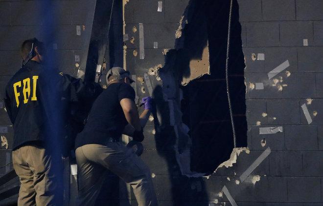 Forenses del FBI trabajan en la escena del crimen en la discoteca Pulse de Orlando (EE.UU).