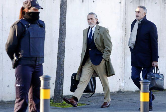 Francisco Correa, llegando ayer junto a su abogado a la sede del tribunal que juzga el 'caso Gürtel'.