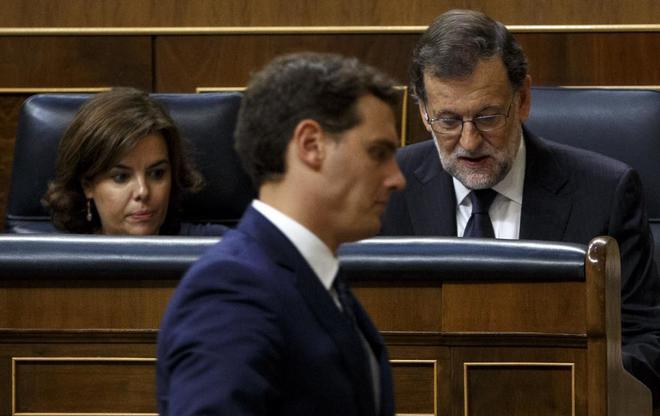 Albert Rivera pasa junto a Mariano Rajoy y Soraya Sáez de...