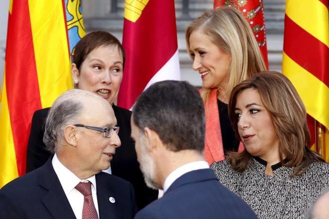 El Rey Felipe VI junto a Cristóbal Montoro, Susana Díaz, Cristina...
