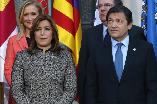 En primer plano, los presidentes socialistas de Andalucía y Asturias,...