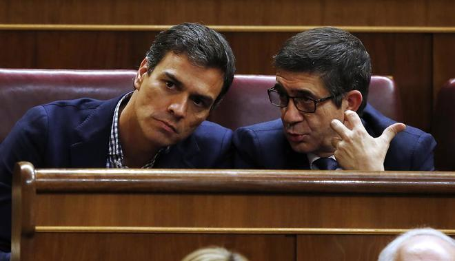 Pedro Sánchez y Patxi López, en el pleno de investidura de Rajoy el...
