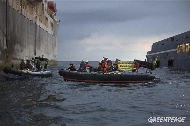 Captura del vídeo difundido por la ONG del intento de abordaje al barco encargado de las prospecciones petrolíferas en Canarias que fue impedido por una lancha de la Armada.