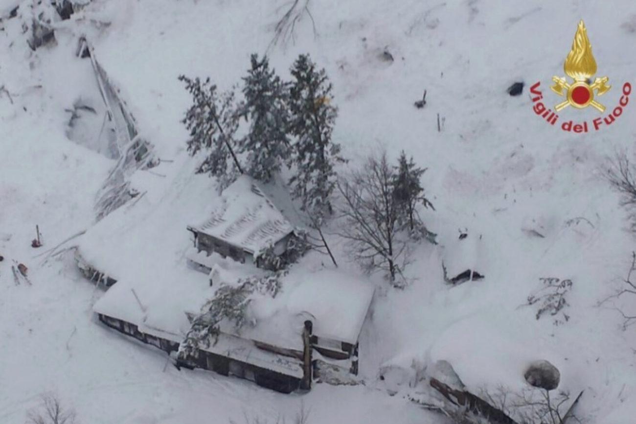 Vista aérea del Hotel Rigopiano sepultado por la avalancha posiblemente provocada por alguno de los cuatro terremotos de magnitud superior a los 5 grados registrados en el centro de Italia.