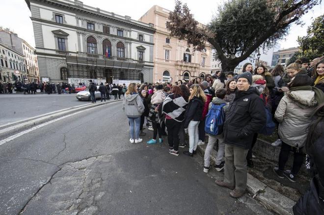 Estudiantes y profesores permanecen en los alrededores de un colegio en Roma tras los fuertes terremotos.