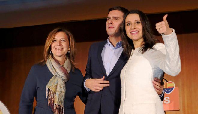Albert Rivera, flanqueado por Carina Mejías e Inés Arrimadas, en un...