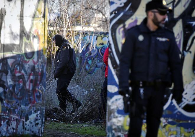 Agentes de la Policía analizan a finales del pasado diciembre en...