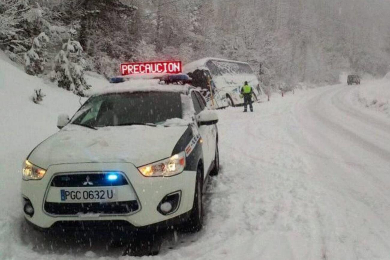 Agentes de la Guardia Civil socorren a un autobús accidentados por la...