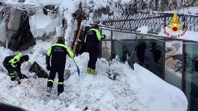 Operación de rescate en el hotel Rigopiano en Farindola en la región de Abruzzo (Italia).