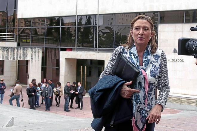 Isabel Nieto, ex concejal de Urbanismo del Ayuntamiento de Granada, a las puertas de los juzgados.