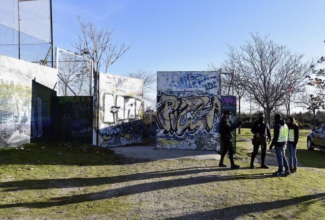 Agentes de la Policía inspeccionan el pasado diciembre el lugar de...